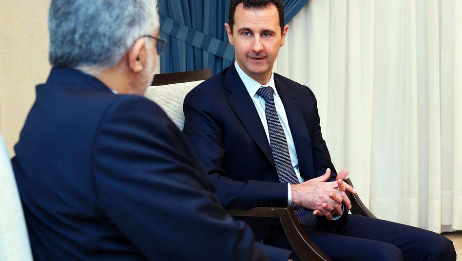 Assad (mit Irans Delegiertem Borudscherdi in Damaskus): Teheran hält noch am Diktator fest
