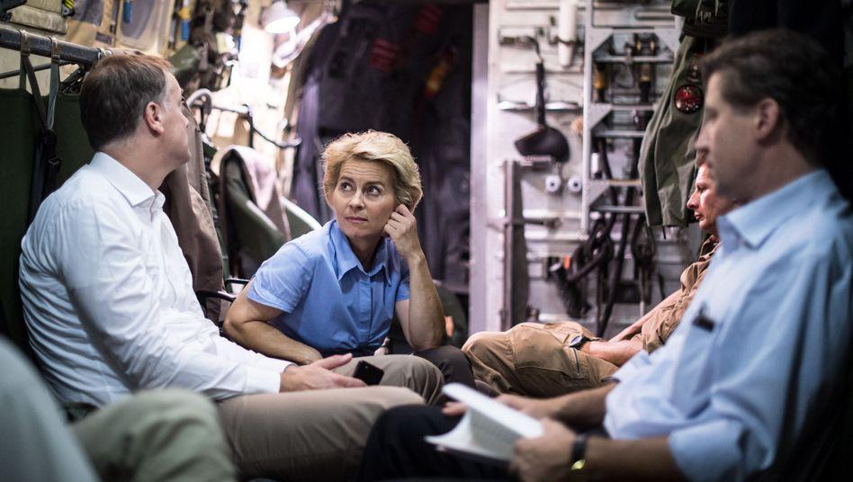 """Ministerin von der Leyen (an Bord einer """"Transall""""): Ihre Truppe steht als Trümmerhaufen da"""