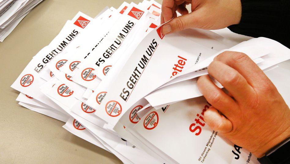 Mitglieder des Betriebsrates von Thyssenkrupp zählen die Stimmzettel aus