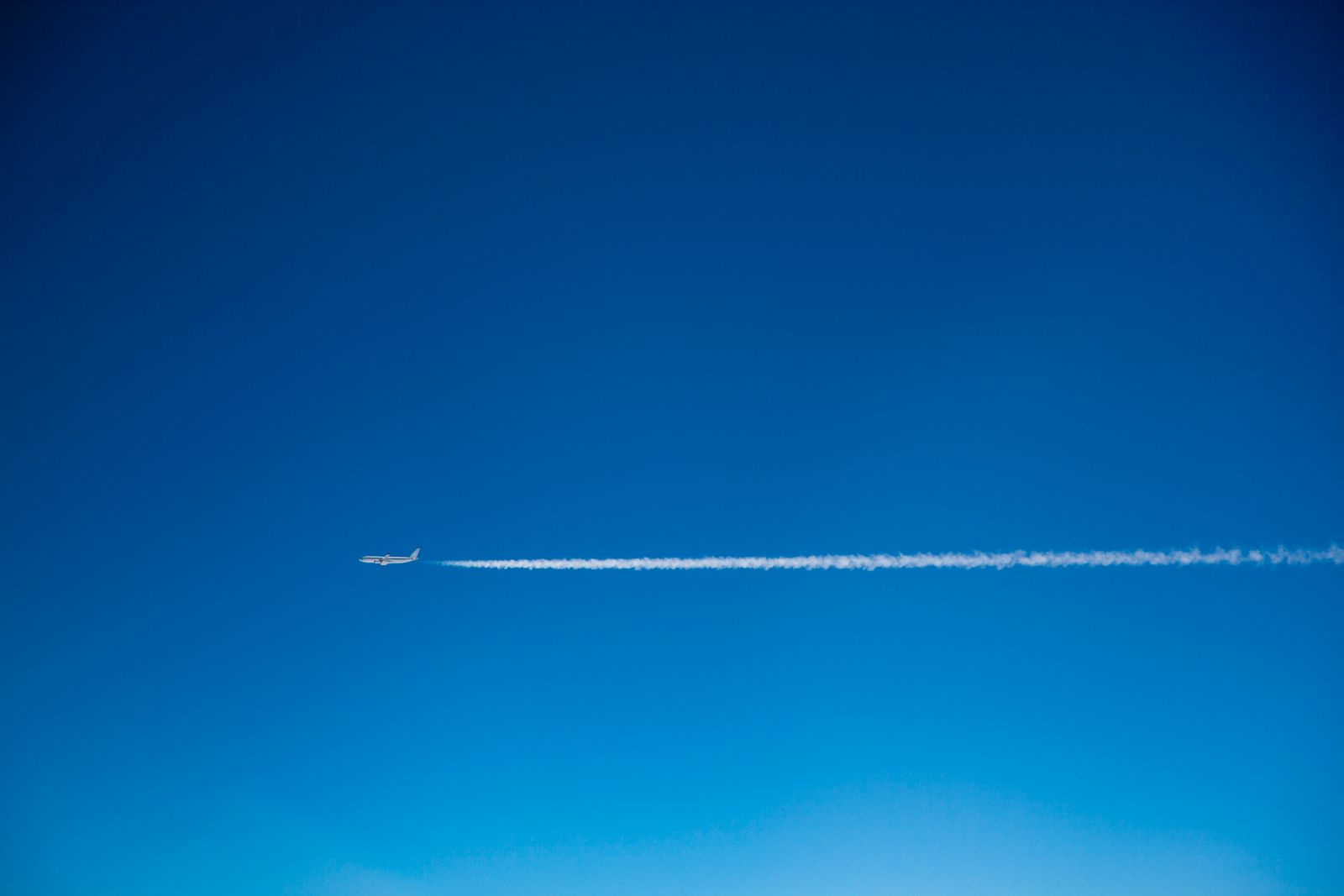 A plane and vapor trails in the sky