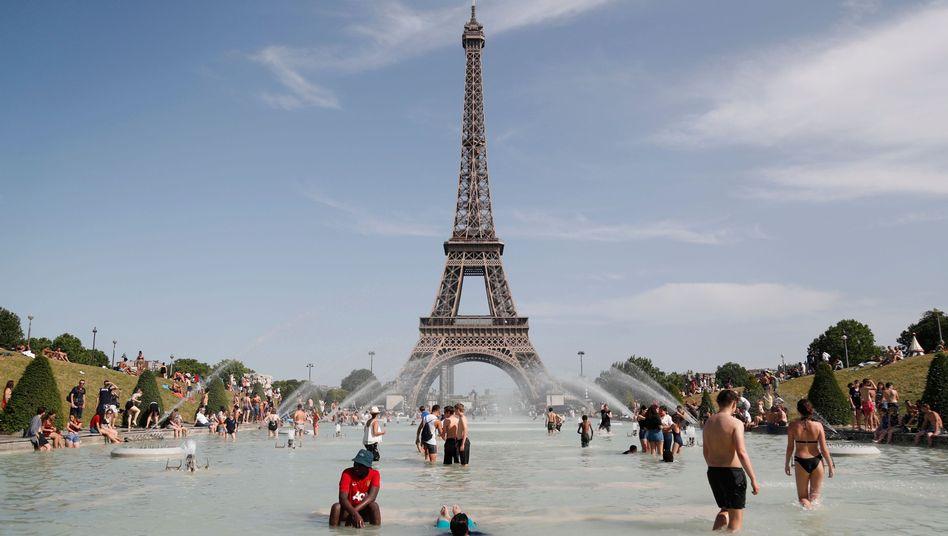 Abkühlung vor dem Eifelturm: Am 28. Juni herrschten in Frankreich Temperaturen bis 45,9 Grad