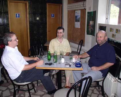 Geld verdienen beim Kaffeetrinken: Ionut Popescu (Mitte) mit Freunden