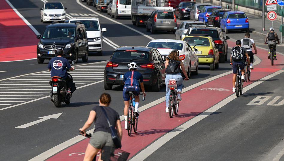 Sollen künftig bessere Bedingungen vorfinden: Radfahrer in der Innenstadt von Frankfurt am Main (Symbolbild)