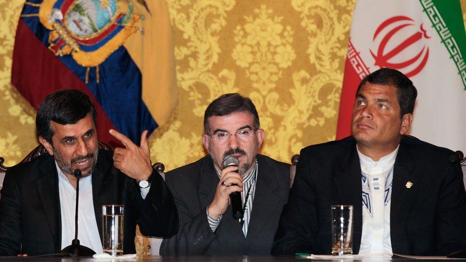 """Ahmadinedschad (links) mit Ecuadors Präsident Correa: """"Wir brauchen keine Bomben"""""""