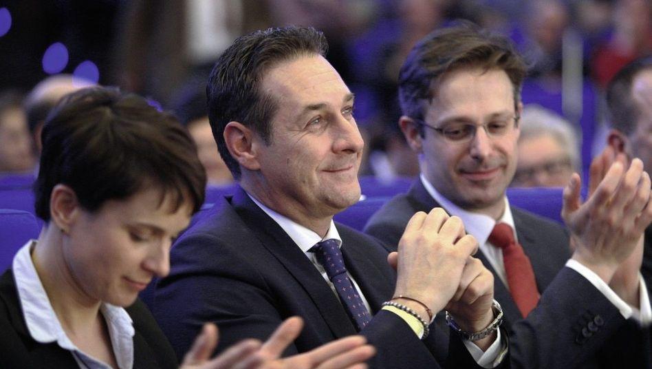 Rechtspopulisten Petry, Strache, Pretzell am 13. Februar 2016 in Düsseldorf: Das Bündnis öffentlich besiegeln