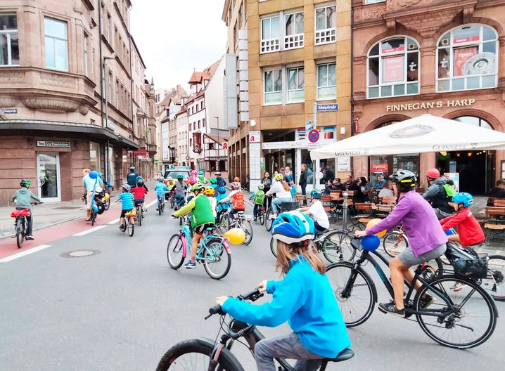 Szene von einer »Kidical Mass«-Fahrraddemo in Nürnberg. Nicht alle Parteien schenken dem Fahrradverkehr Beachtung – dabei bietet gerade das Fahrrad großes Potenzial als umweltfreundliches Nahverkehrsmittel