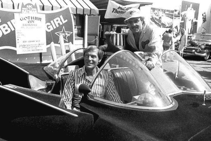 Schauspieler Adam West im Batmobil 1983