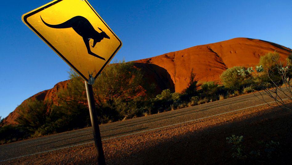 Straßenschild vor Uluru in Zentralaustralien