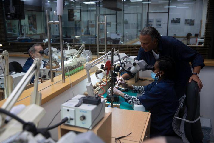 Produktion der diamantbesetzten Maske