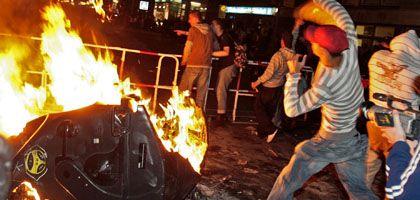 Brennende Mülltonnen, Steine gegen Polizisten (am 1. Mai 2008 in Berlin)