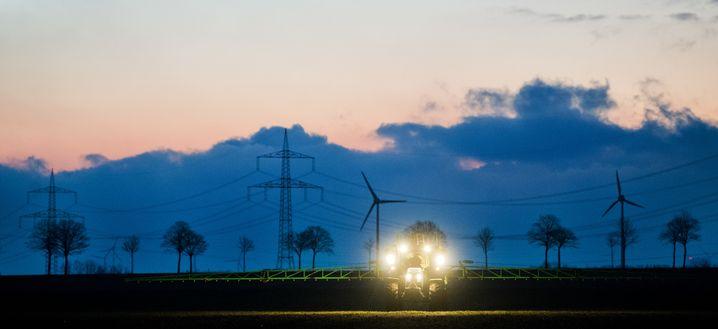 Landwirt beim Düngen Lachgas wirkt 300 Mal stärker auf Klima als Kohlendioxid