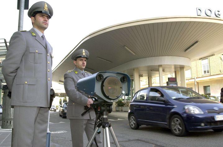 Guardia di Finanza (mit Infrarotgerät am Grenzübergang Chiasso): Experten äußern Zweifel an der Echtheit der gefundenen Papiere