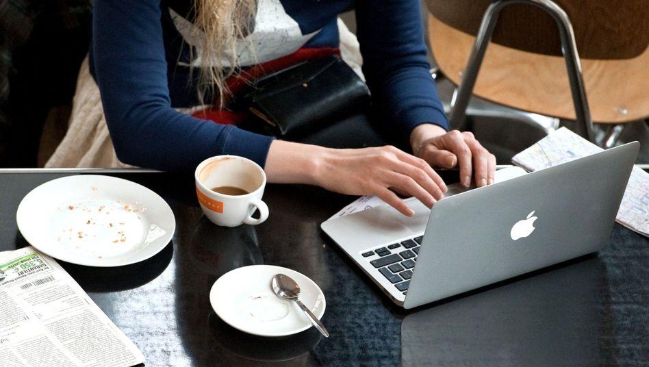 Laptop-Nutzerin (Symbolbild): Wer sich überwacht fühlt, ändert sein Verhalten