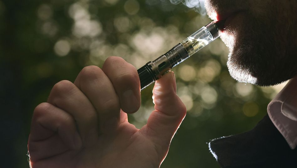 Raucher mit E-Zigarette (Symbolbild)