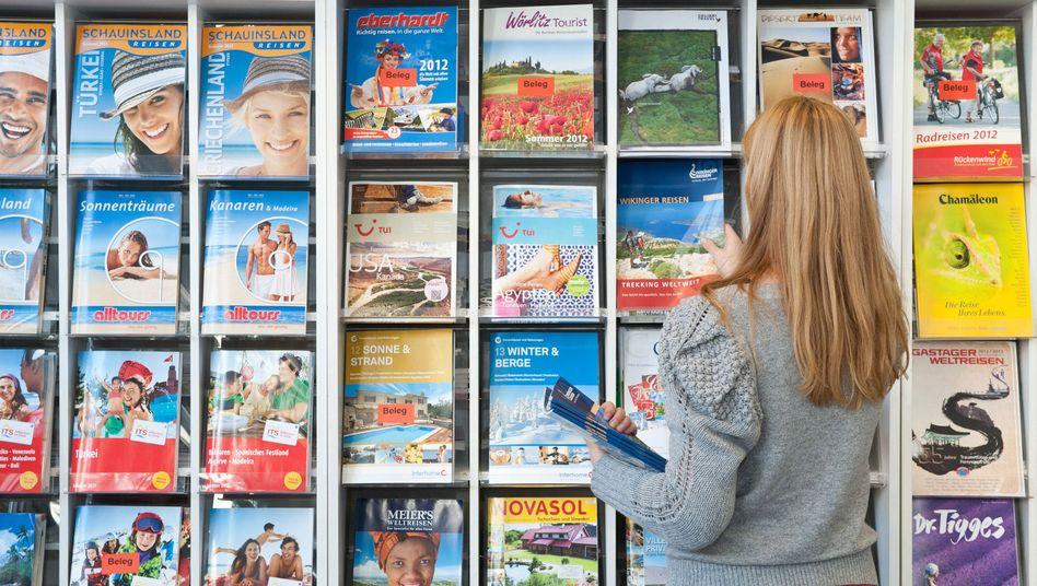 Jede Menge Altpapier: Kataloge in einem Reisebüro