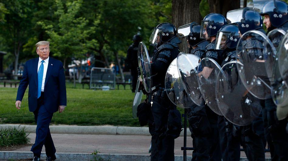 """Donald Trump mit Sicherheitskräften in Washington: """"Wir beenden die Ausschreitungen und die Gesetzlosigkeit"""""""