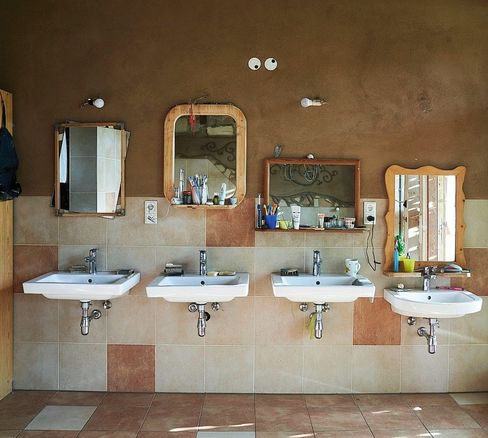 Das Wasser, das durch diese Waschbecken fließt, wird mehrfach verwendet.