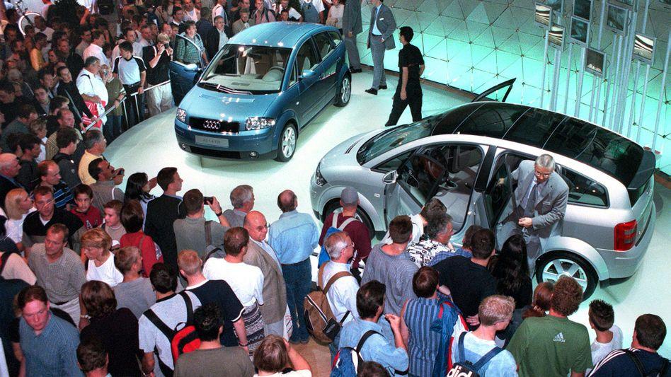 Großes Interesse: Präsentation des Audi A2 auf der Automesse IAA 1999 in Frankfurt am Main