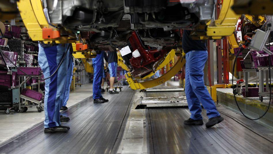 BMW-Werk in München: Arbeiter montieren ein Auto der 3er-Reihe