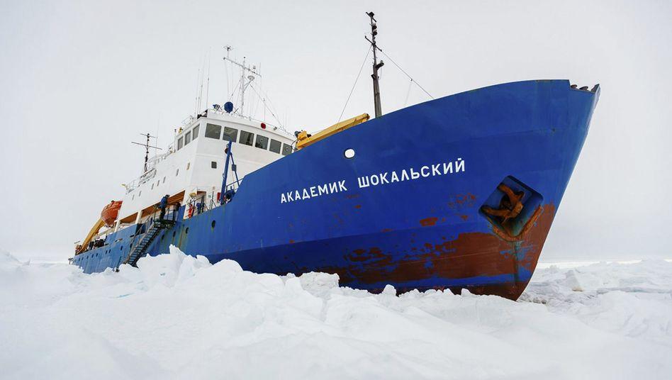 Festsitzendes Schiff: Hubschrauber soll Passagiere aus Antarktis-Eis befreien
