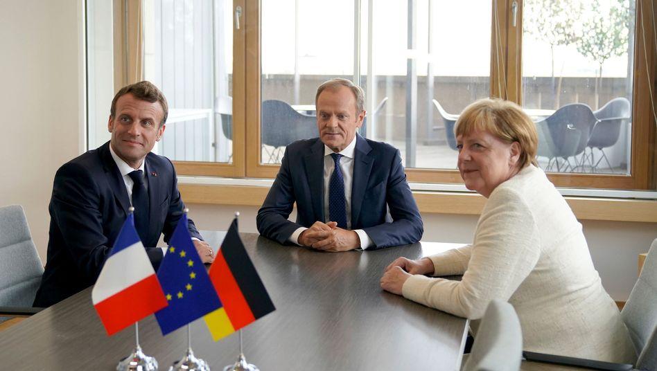 Donald Tusk (r.) kritisiert Emmanuel Macron (l.)