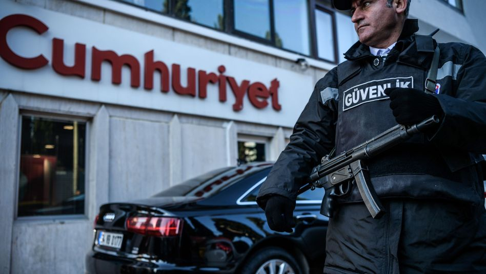 Polizist von Cumhuriyet-Redaktion