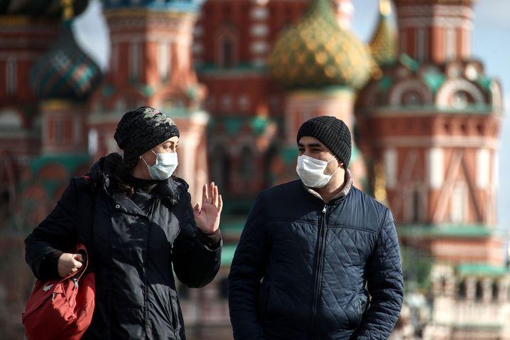 Moskau Besucher mit Maske