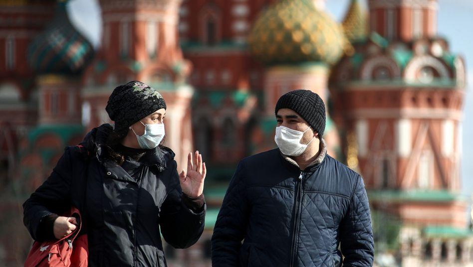 Passanten in Moskau: Moskaus Schulen kehren zum Distanzlernen zurück (Symbolbild)