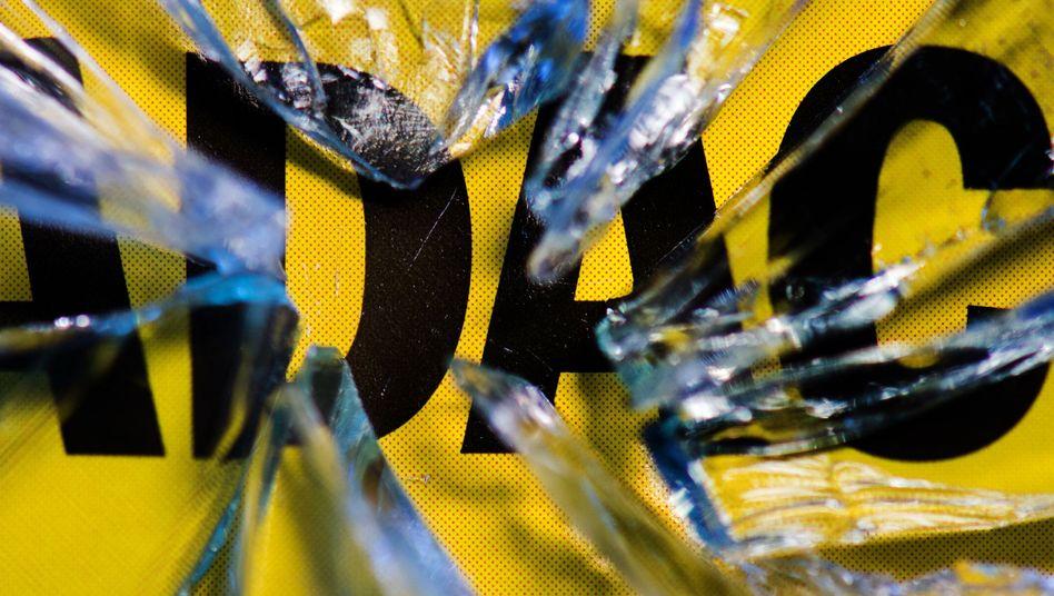 ADAC-Logo hinter geborstenem Glas: Kündigungen könnten sich vervielfachen