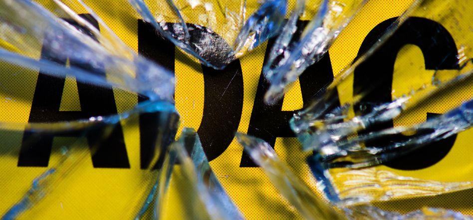 ADAC-Logo hinter geborstenem Glas: Anwesen auf Kosten des Clubs