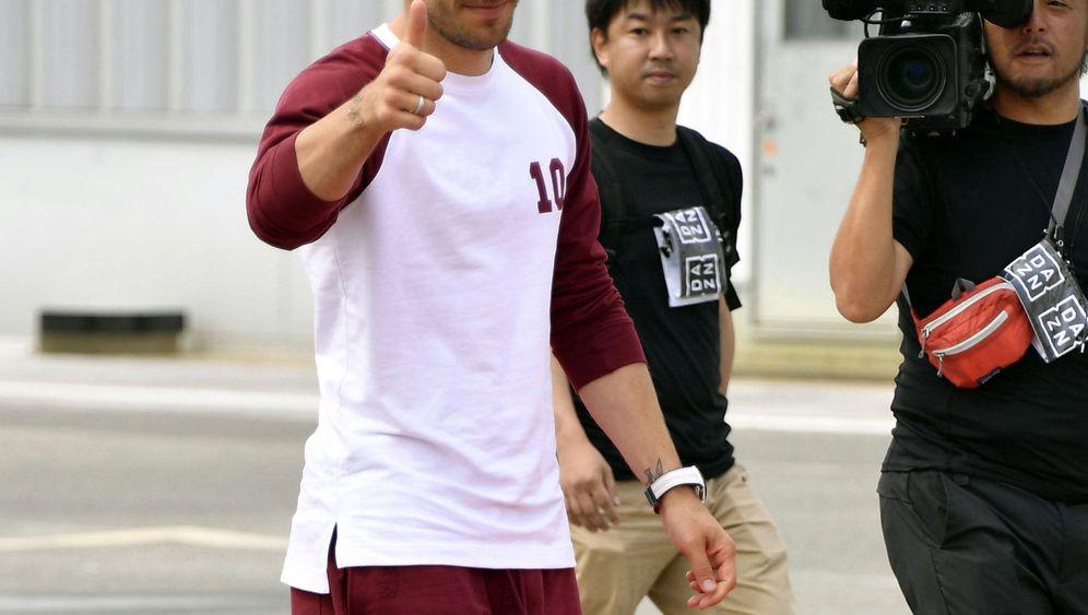 Podolski in Japan: Autogramme, Selfies, Daumen hoch