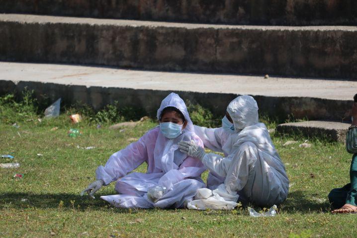 Angehörige einer an Corona verstorbenen Frau weint während der Einäscherung