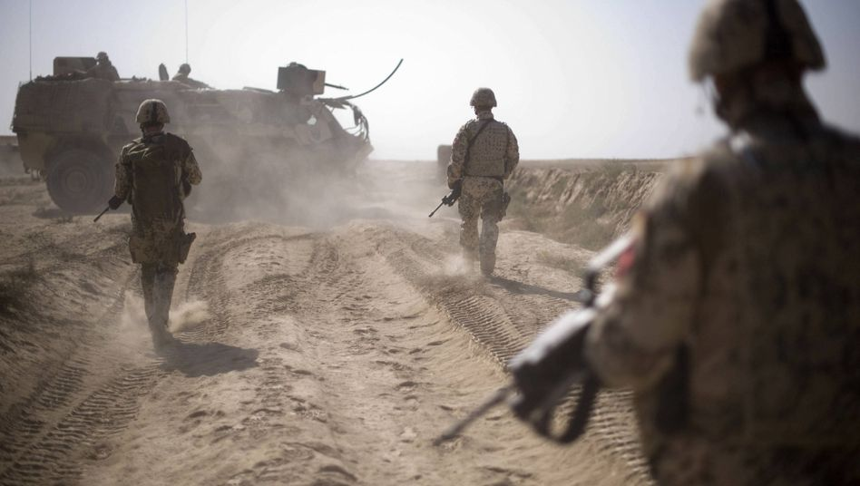 Bundeswehr-Soldaten auf Patrouille in Afghanistan (Archivbild): Keine Kugeln, keine Splitter
