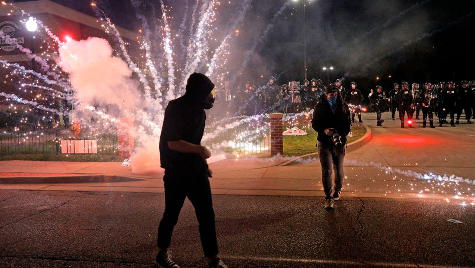 Die Wut entlädt sich: Proteste vor der Polizeiwache in Ferguson