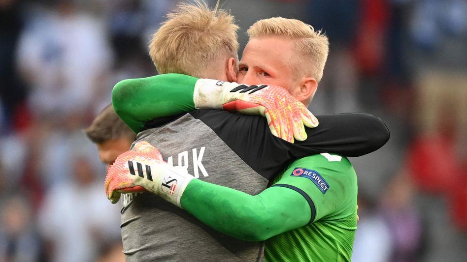 Dänemarks Simon Kjaer und Kasper Schmeichel im Spiel gegen Finnland