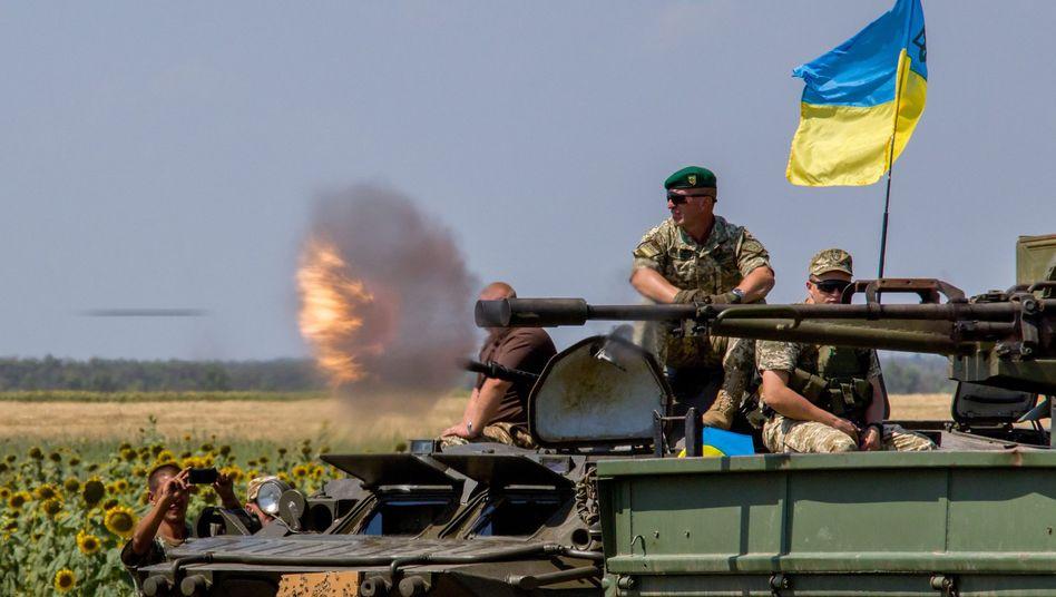 Ukrainische Soldaten während eines Manövers nahe Mariupol
