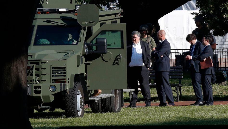 US-Justizminister mit Sicherheitskräften im Lafayette Park vor dem Weißen Haus