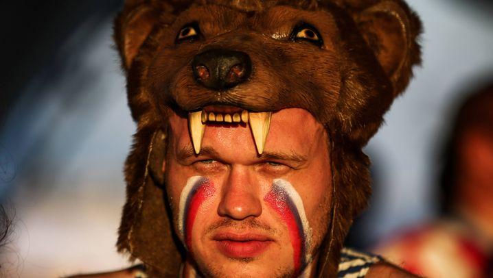 Russische Fans: Bären, Schnauzer und Trachten
