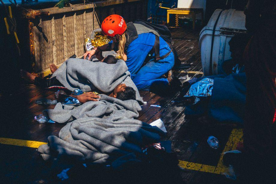 Die Menschen müssen an Deck schlafen: gerettetes Kind an Bord des Schiffs