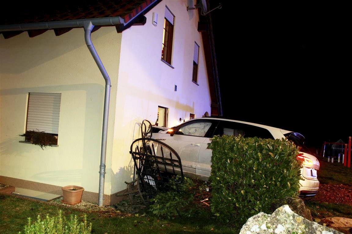 Auto rammt Wohnhaus