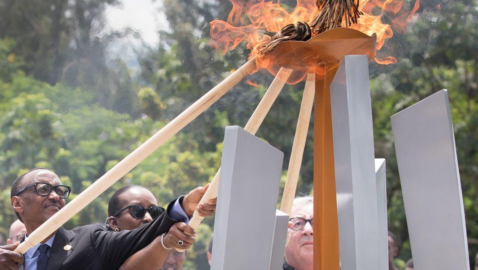 Paul Kagame, seine Frau Jeannette Nyiramongi Kagame und Jean-Claude Juncker (v.l.) entzünden eine Flamme am «Kigali Völkermord Denkmal»