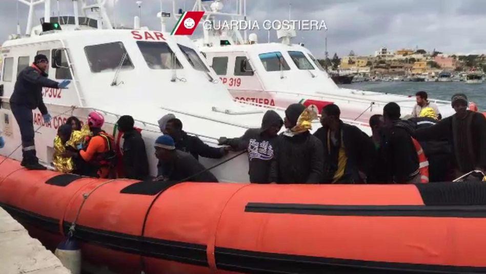 Italiens Küstenwache bringt Flüchtlinge nach Lampedusa: Womöglich mehr als 200 Tote