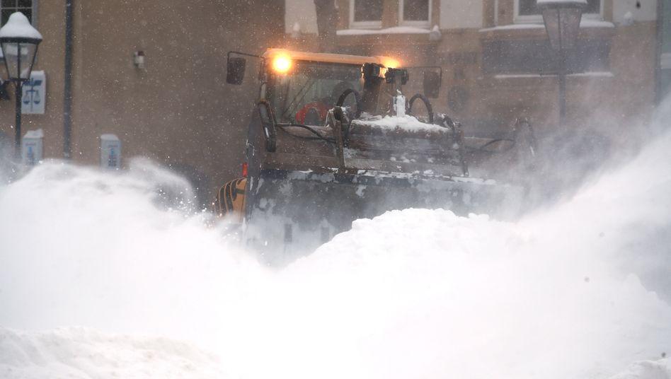 Jena: Ein Radlader räumt Schnee vom Marktplatz, in der Stadt waren zeitweise etwa 6500 Haushalte ohne Fernwärmeversorgung