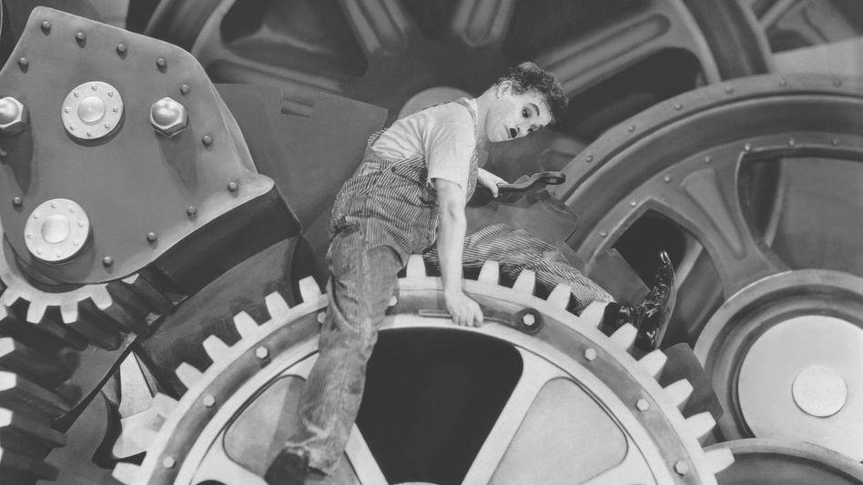 """Szenenfoto aus Charlie Chaplins """"Modern Times"""": Arbeitnehmer müssen ständig rotieren"""