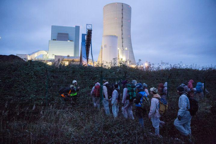 """Aktivisten von """"Ende Gelände"""": Jubelschreie, als das Tor geknackt war."""