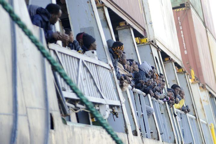 Handelsschiff in Palermo: 10.000 Flüchtlinge hat Italien in einer Woche aufgenommen