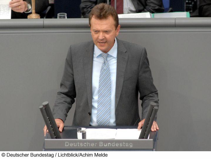 Martin Dörmann, geboren 1952, ist Rechtsanwalt. Er sitzt seit 2002 im Bundestag und setzte sich für die umstrittenen Netzsperren von Ursula von der Leyen ein