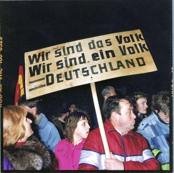 Demonstration für die Einheit in Dresden im Dezember 1989