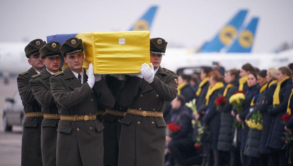 Kiew: Ukrainische Soldaten tragen den Sarg eines Absturzopfers