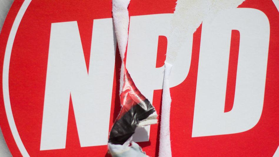 Ein zerstörtes Wahlplakat der NPD